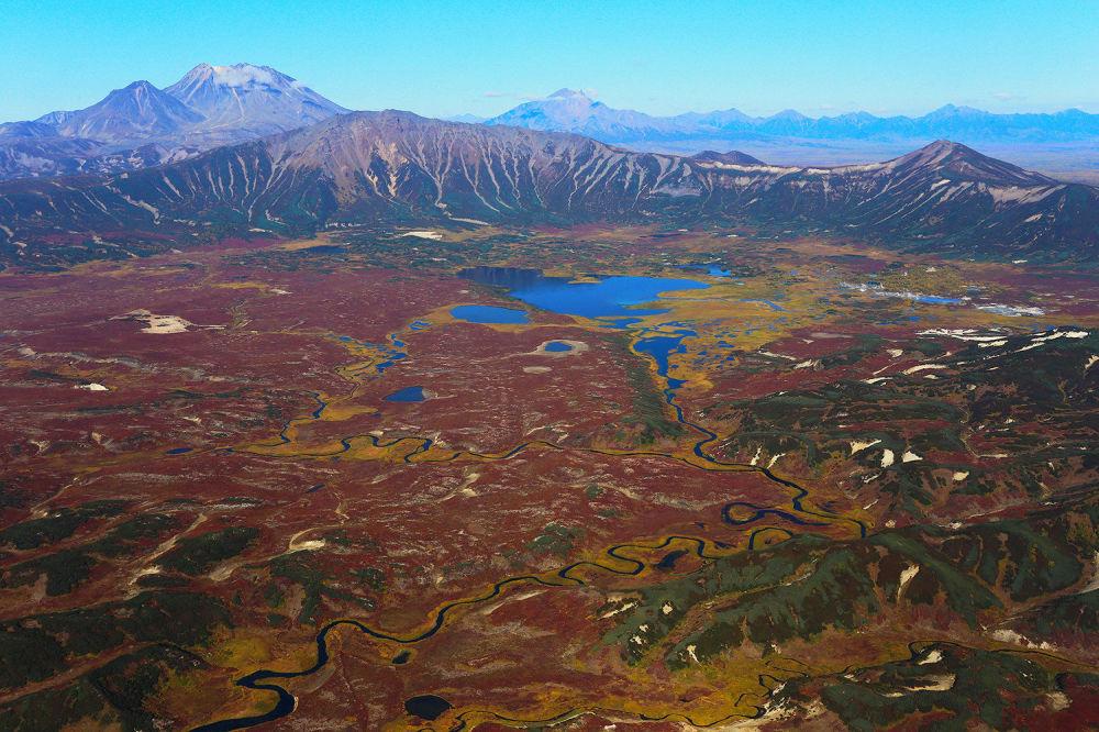 Kaldera wulkanu Uzon -  gigantyczna czasza (ok. 8×10 km). Jej powierzchnia wynosi 150 km. kw.