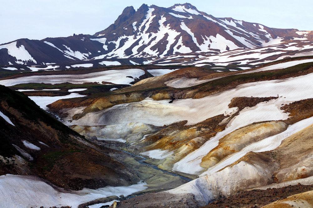 Zjawiska naturalne, tj. kamczacka Dolina Śmierci, znane są w innych częściach świata wyróżniających się aktywnością wulkaniczną: w pobliżu Parku Narodowego Yellowstone, na Jawie w Indonezji, gdzie istniej kilka dolin śmierci.