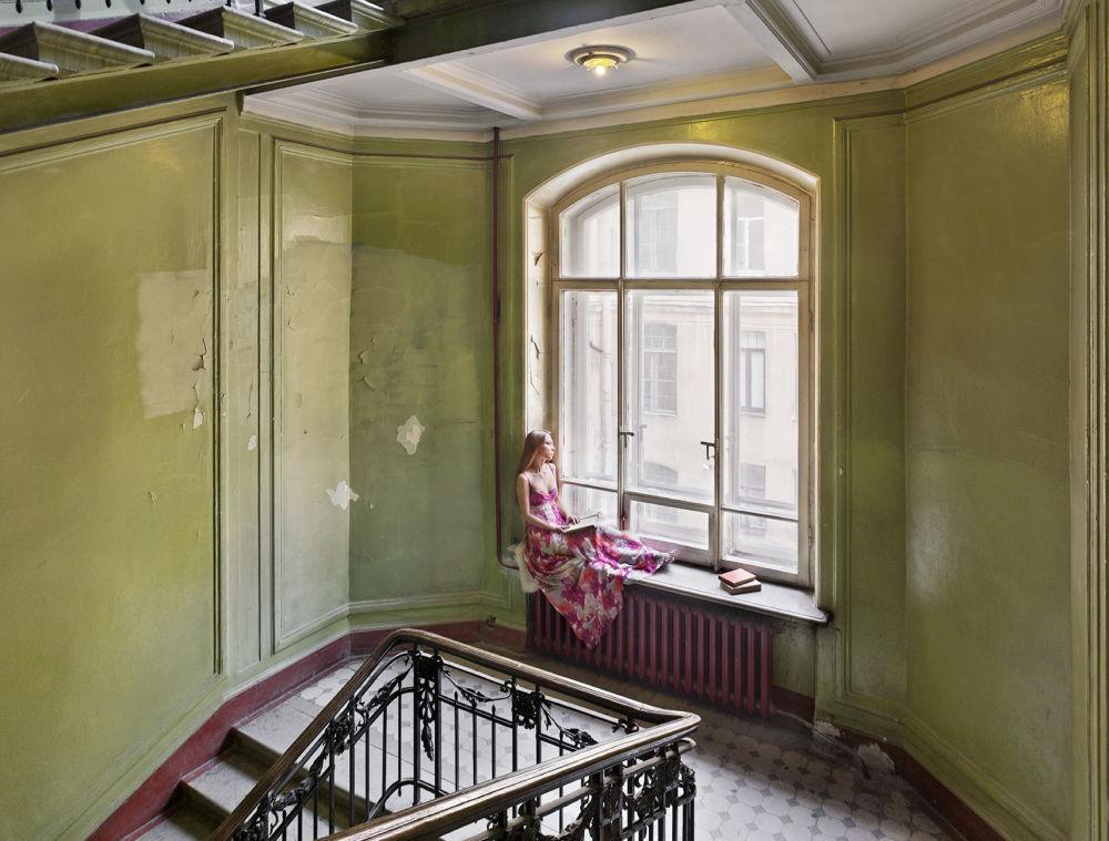 Zdjęcie The girl next door (Dziewczyna z sąsiedztwa) niemieckiego fotografa Franka Herforta z cyklu Russian Fairy Tales (Rosyjskie bajki).