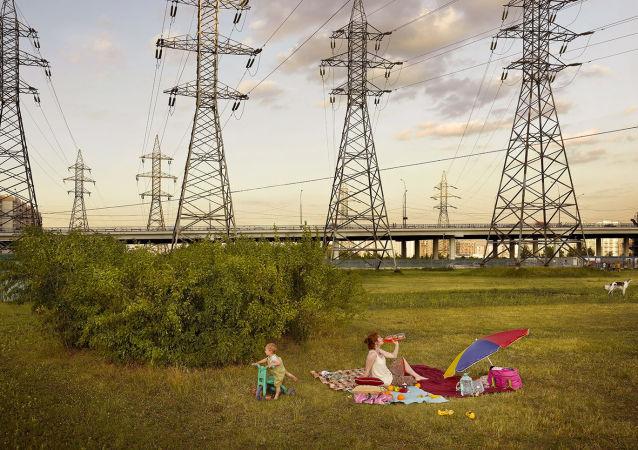 Zdjęcie Picnic (Piknik) niemieckiego fotografa Franka Herforta z cyklu Russian Fairy Tales (Rosyjskie bajki).