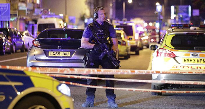 Samochód dostawczy wjechał w grupę osób w pobliżu meczetu i centrum społeczności muzułmańskiej w dzielnicy Finsbury Park w północno-wschodnim Londynie