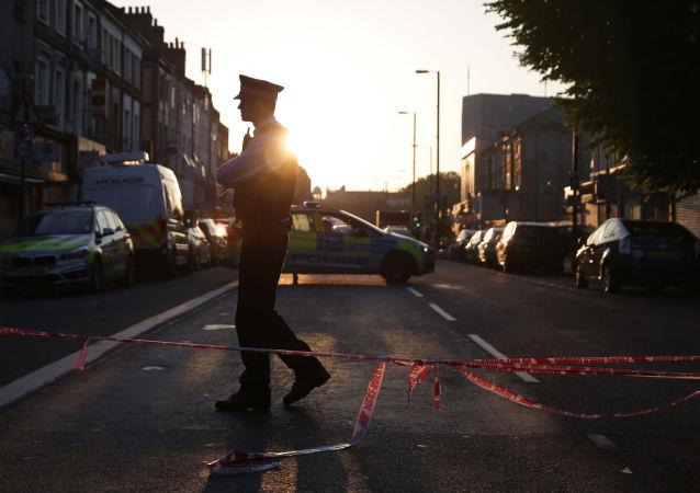 Policjant na miejscu najazdu furgonetki na ludzi pod meczetem w północnej części Londynu