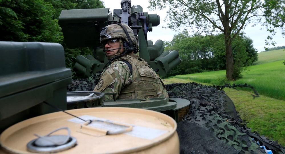 Amerykański żołnierz kieruje się w stronę Suwałk