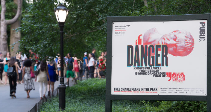 Afisz spektaklu Juliusz Cezar w ramach nowojorskiego festiwalu Szekspir w parku