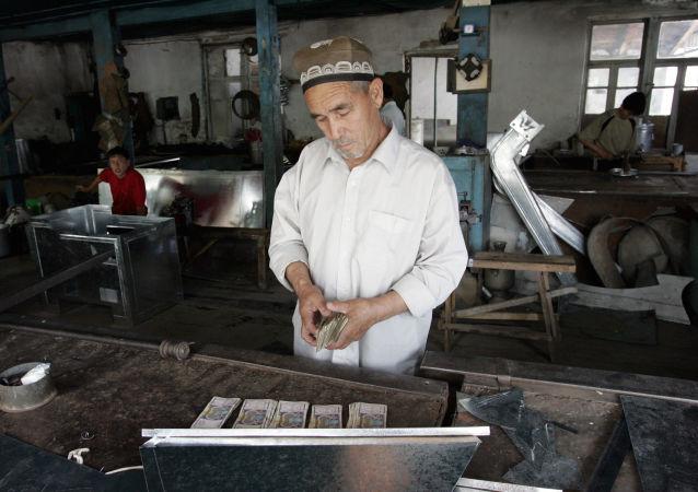 Pracownik w zakładzie w mieście Andiżan, Uzbekistan