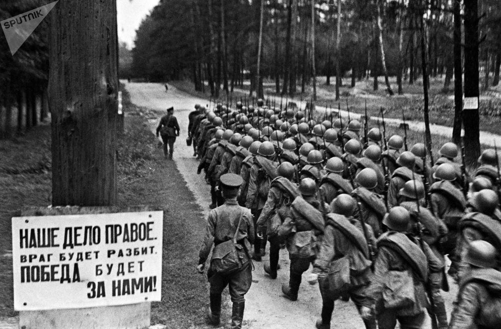 Kolumny radzieckich żołnierzy idą na front podczas mobilizacji w czerwcu 1941 r.