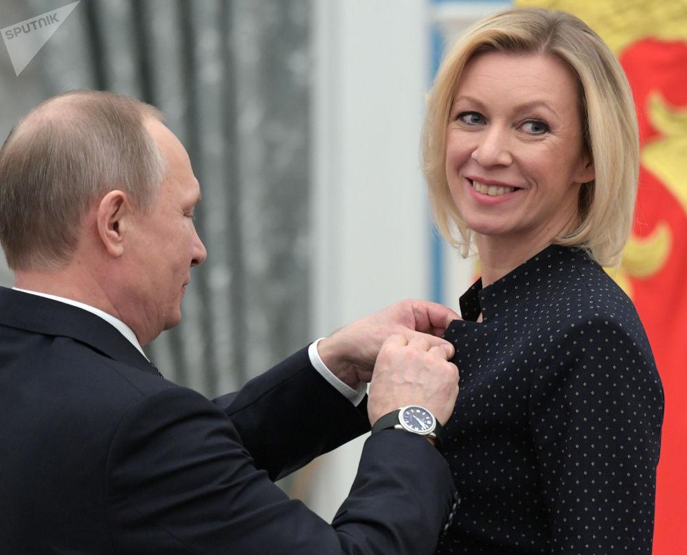 Prezydent FR Władimir Putin i szefowa Departamentu Informacji i Prasy MSZ FR Maria Zacharowa podczas ceremonii wręczenia odznaczeń państwowych.