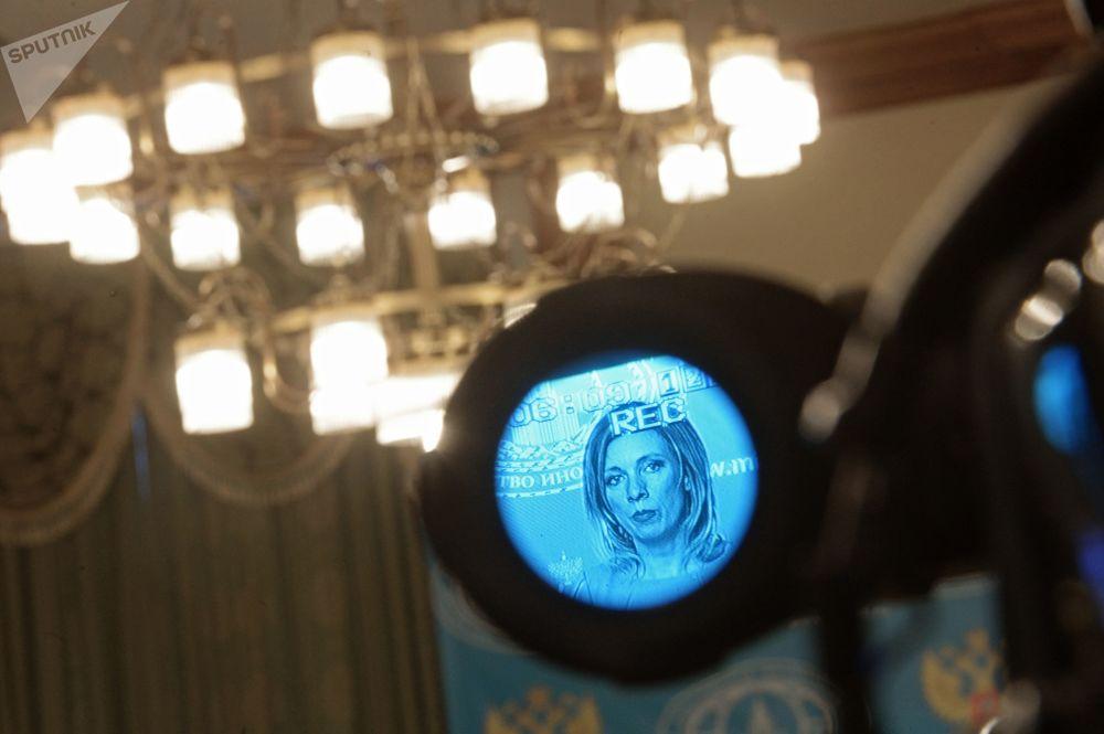Odbicie rzeczniczki MSZ Federacji Rosyjskiej Marii Zacharowej w celowniku kamerytelewizyjnej w trakcie briefingu w sprawie bieżących kwestii polityki zagranicznej.