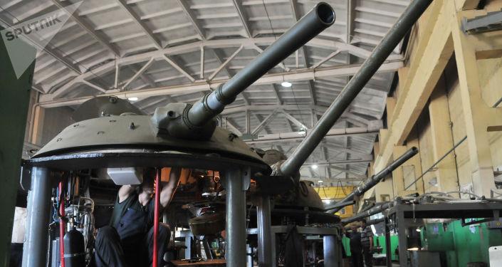 Pracownicy Lwowskiego Zakładu Remontowego Sprzętu Opancerzonego podczas remontu wieżyczek czołgowych