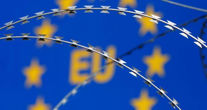 Flaga Unii Europejskiej za drutem kolczastym