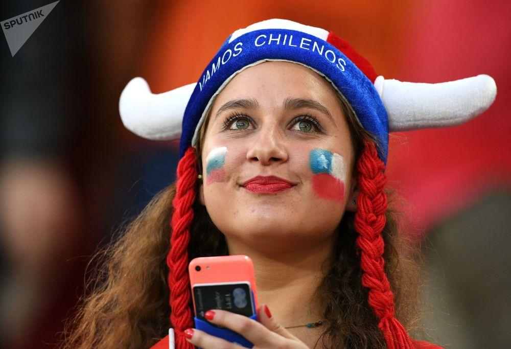 Chilijska fanka przed rozpoczęciem meczu Pucharu Konfederacji 2017 między reprezentacjami Kamerunu i Chile