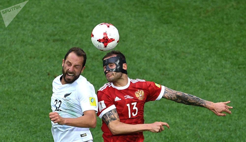 Andrew Durante (Nowa Zelandia) i Fedor Kudryashov (Rosja) podczas meczu Pucharu Konfederacji 2017 między reprezentacjami Rosji i Nowej Zelandii w Sankt Petersburgu.