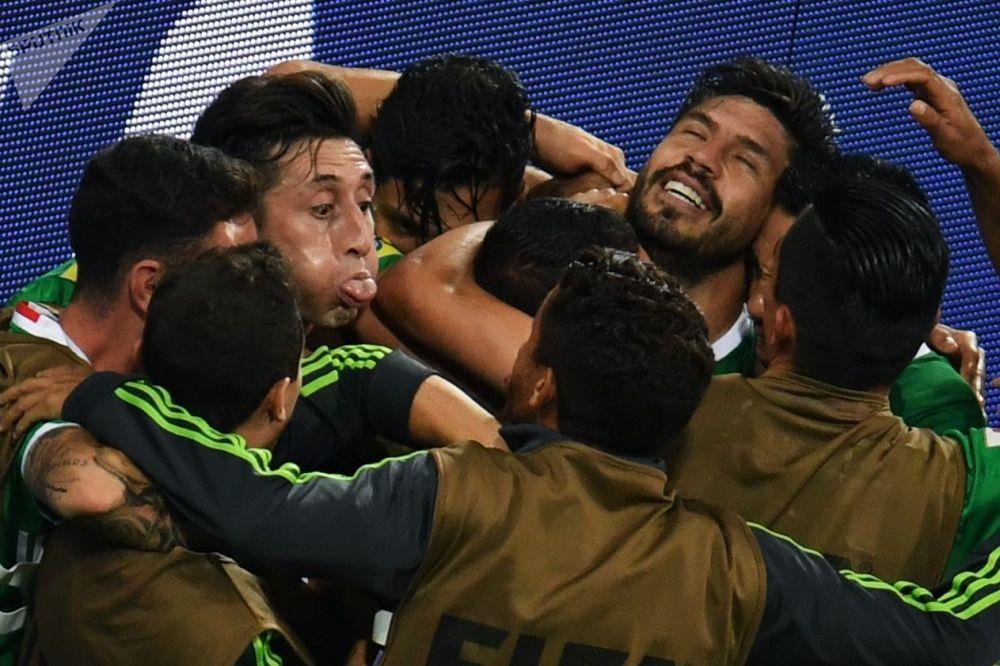 Piłkarze reprezentacji Meksyku cieszą się ze zdobytej bramki podczas meczu Pucharu Konfederacji 2017 w piłce nożnej między reprezentacjami Meksyku i Nowej Zelandii