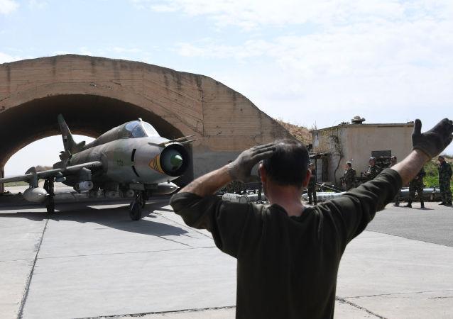 """Samolot Sił Powietrznych Syrii na lotnisku """"Shayrat"""""""