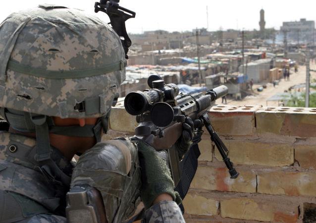 Snajper na pozycji w Iraku. Zdjęcie archiwalne