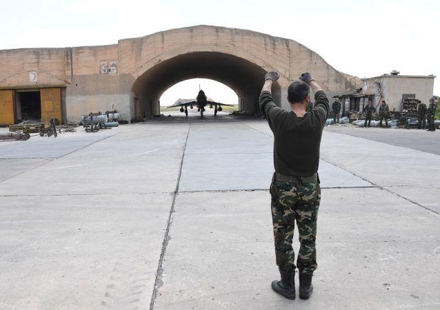 Myśliwiec MiG-21 syryjskich sił powietrznych na lotnisku Szajrat