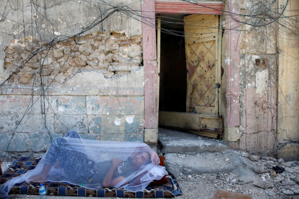 Iracki policjant odpoczywa w Starym mieście, Mosul