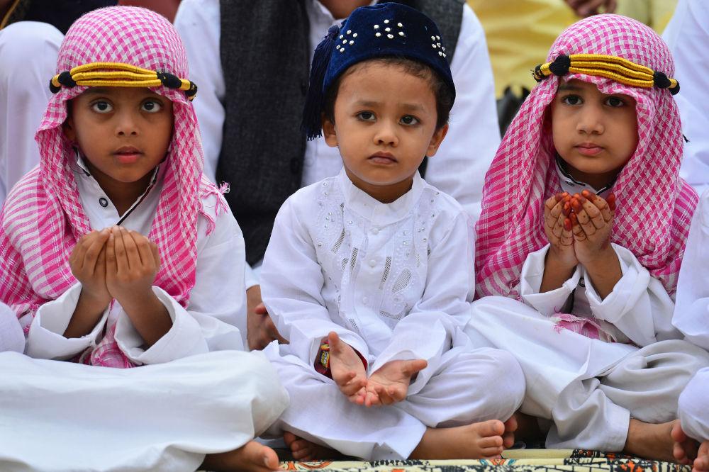 Młodzi muzułmanie biorą udział w modlitwie w Bengaluru