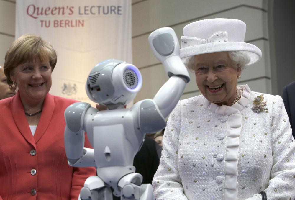 Kanclerz Niemiec Angela Merkel i krółowa Wielkiej Brytanii Elżbieta II podczas wizyty na Uniwersytecie Technicznym