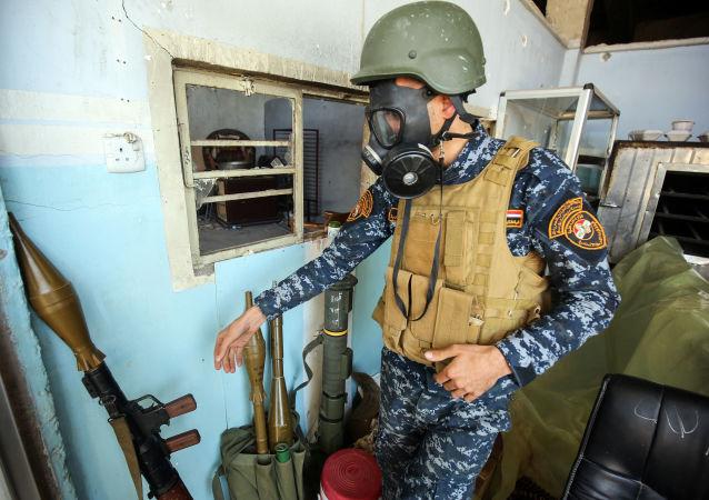 Żołnierz irackiej armii na składzie amunicji. Mosul