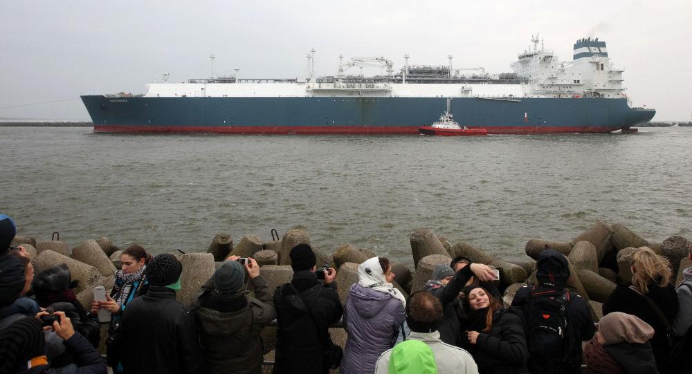 Tankowiec przewożący skroplony gaz ziemny w porcie w Kłajpedzie, Litwa