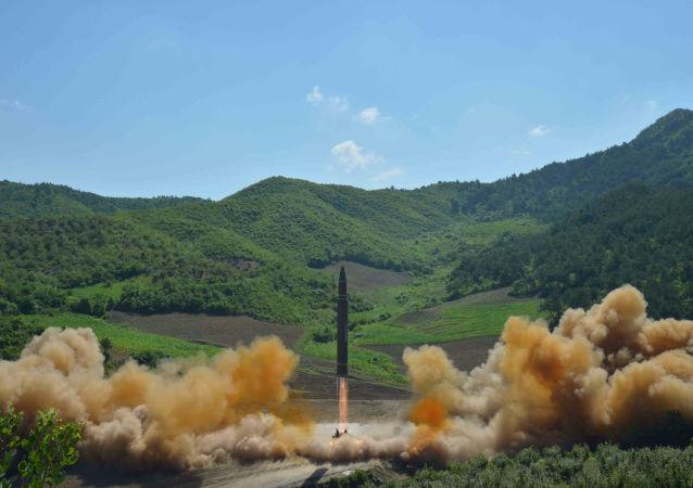 Wystrzał rakiety balistycznej Hwasong 14 w Korei Północnej