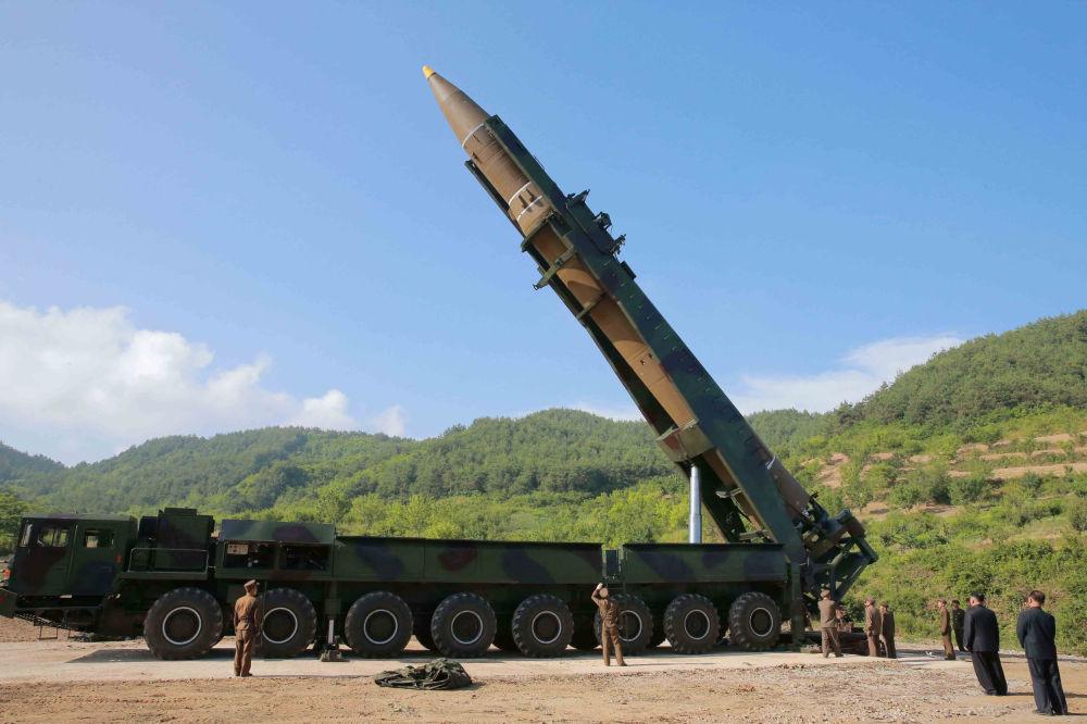 Pocisk balistyczny Hwasong-14 w czasie przygotowania do wystrzału w Korei Północnej