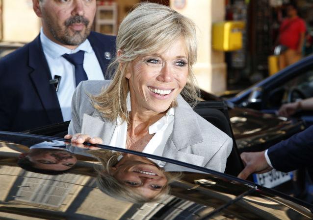 Pierwsza Dama Francji Brigitte Macron, wyjeżdżająca z wystawy poświęconej 70-leciu doma mody Dior w Paryżu