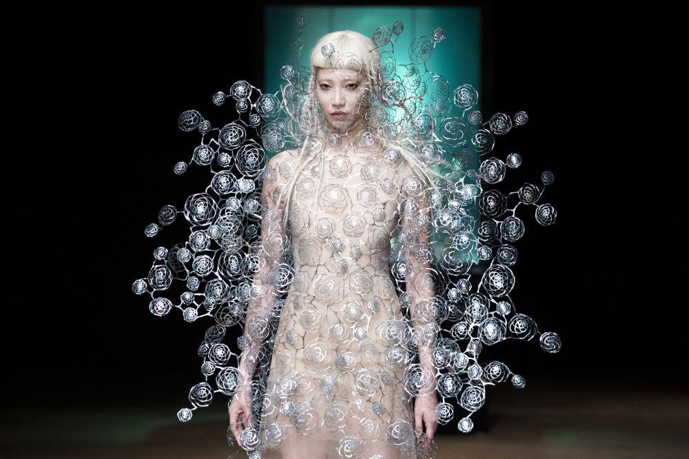 Modelka na pokazie Iris Van Herpen's podczas tygodnia mody w Paryżu, sezon jesień/zima 2017-18