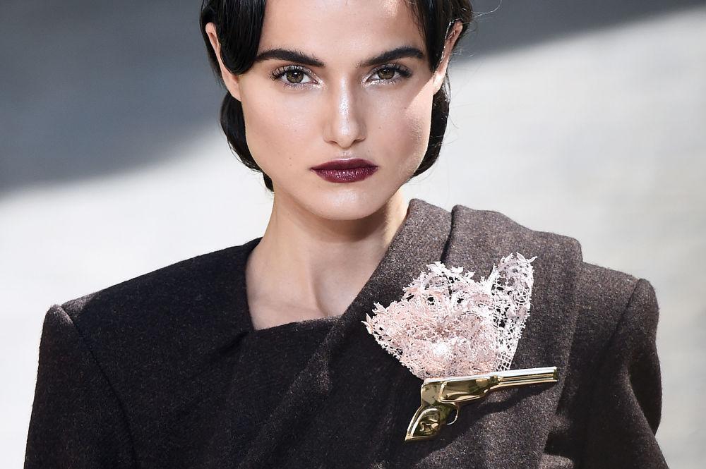 Modelka na pokazie Ulyana Sergeenko podczas tygodnia mody w Paryżu, sezon jesień/zima 2017-18