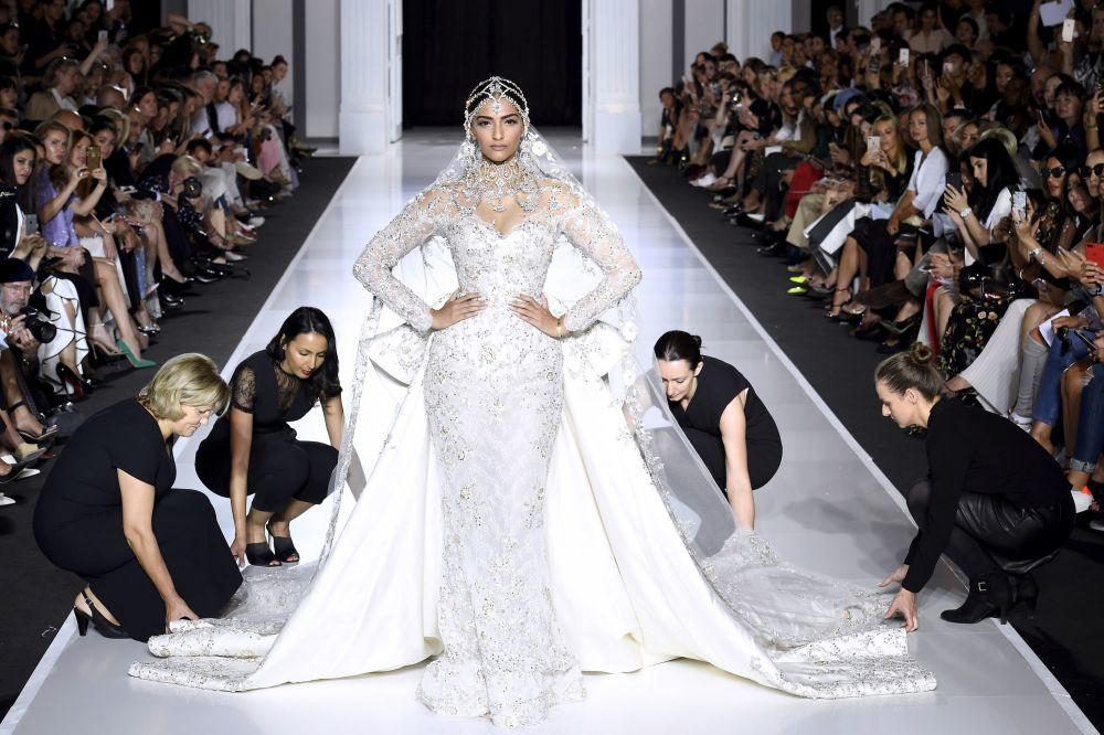 Indyjska aktorka Sonam Kapoor prezentuje suknię od projektanta Ralph and Russo podczas tygodnia mody w Paryżu, sezon jesień/zima 2017-18