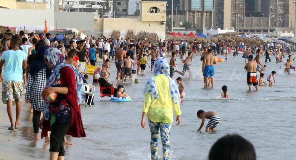 Ludzie na plaży w Trypolisie, Libia