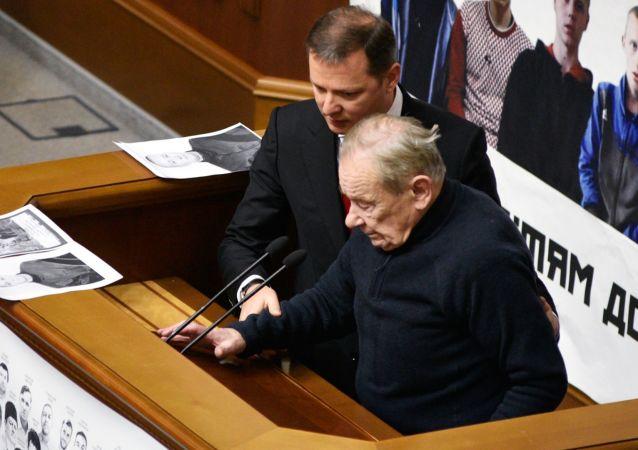 """Lider """"Partii Radykalnej"""" Ołeh Laszko i deputowany Rady Najwyższej Jurij Szuchewycz na posiedzeniu Rady Najwyższej Ukrainy w Kijowie"""
