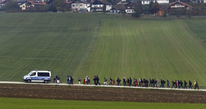 Migranci pod konwojem niemieckiej policji po przekroczeniu austriacko-niemieckiej granicy