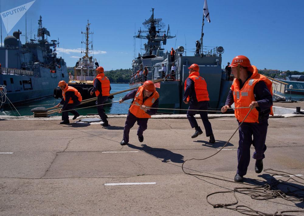 Cumowanie fregaty w porcie Sewastopola
