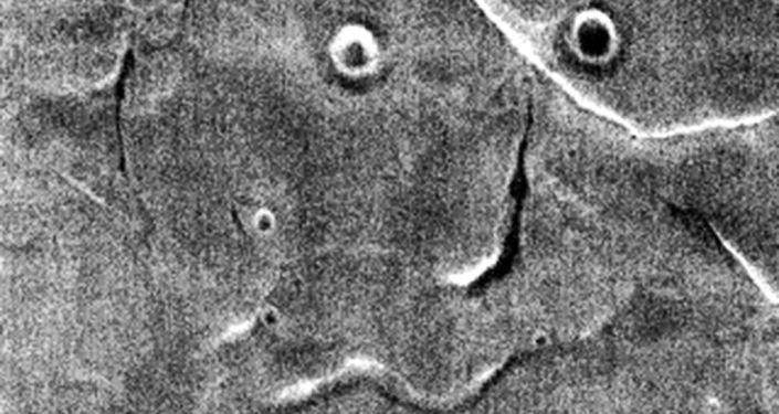 Sonda kosmiczna Mars Odyssey odnalazła na Marsie rzeźbę terenu przypominającą ludzką twarz