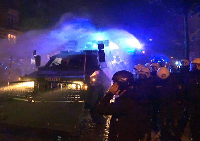 Nocne starcia z policją w Hamburgu