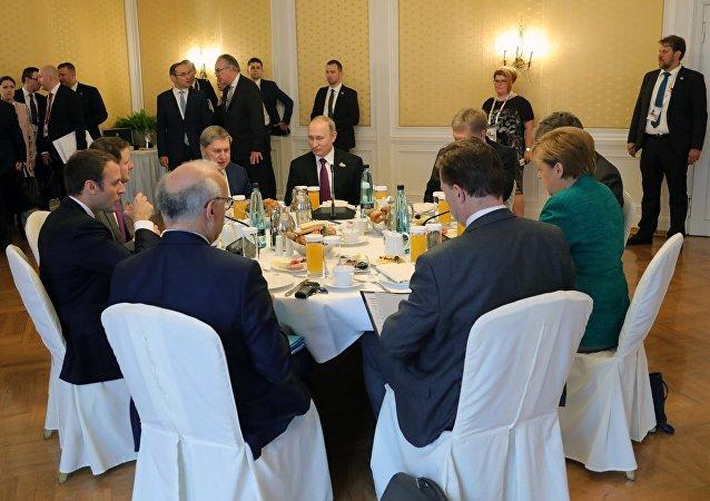 Robocze śniadanie w Hamburgu z udziałem Angeli Merkel, Władimira Putina i Emmanuela Macrona