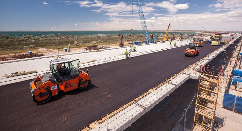 Układanie asfaltu na Moście Krymskim