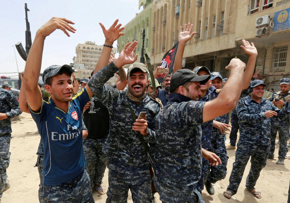 Iracka policja świętuje zwycięstwo nad siłami Państwa Islamskiego w Mosulu