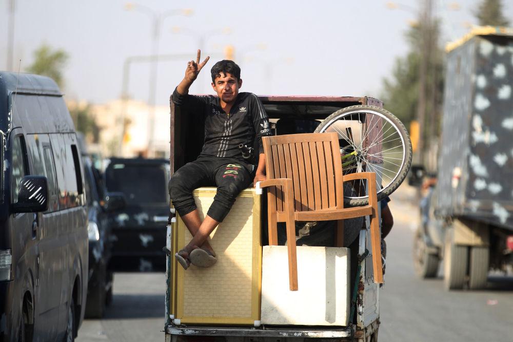 Iracki chłopiec świętuje zwycięstwo w Starym Mieście Mosul