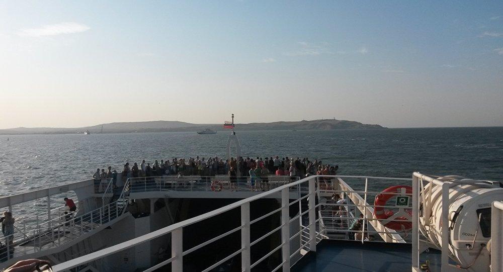 """Turyści obserwują przeprawę z portu """"Kaukaz do portu """"Krym"""