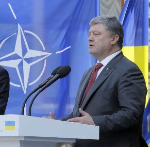 Sekretarz generalny NATO Jens Stoltenberg i prezydent Ukrainy Petro Poroszenko na konferencji prasowej w Kijowie