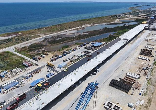 Na Moście Krymskim rozpoczęto układanie pierwszej warstwy asfaltu