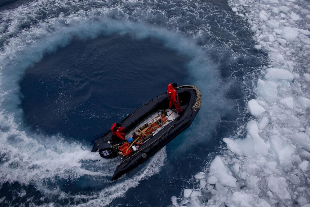 Łódź z chilijskimi oficerami pośród lodów Antarktydy