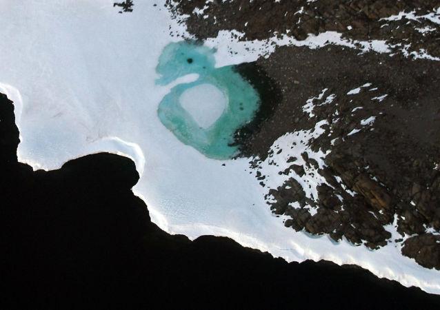 Jezioro utworzone przez topniejący śnieg na terytorium Budd przy wybrzeżu Antarktydy