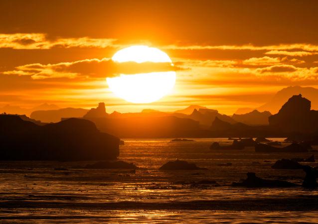 Zachód słońca nad Lemaire Channel w Antarktyce