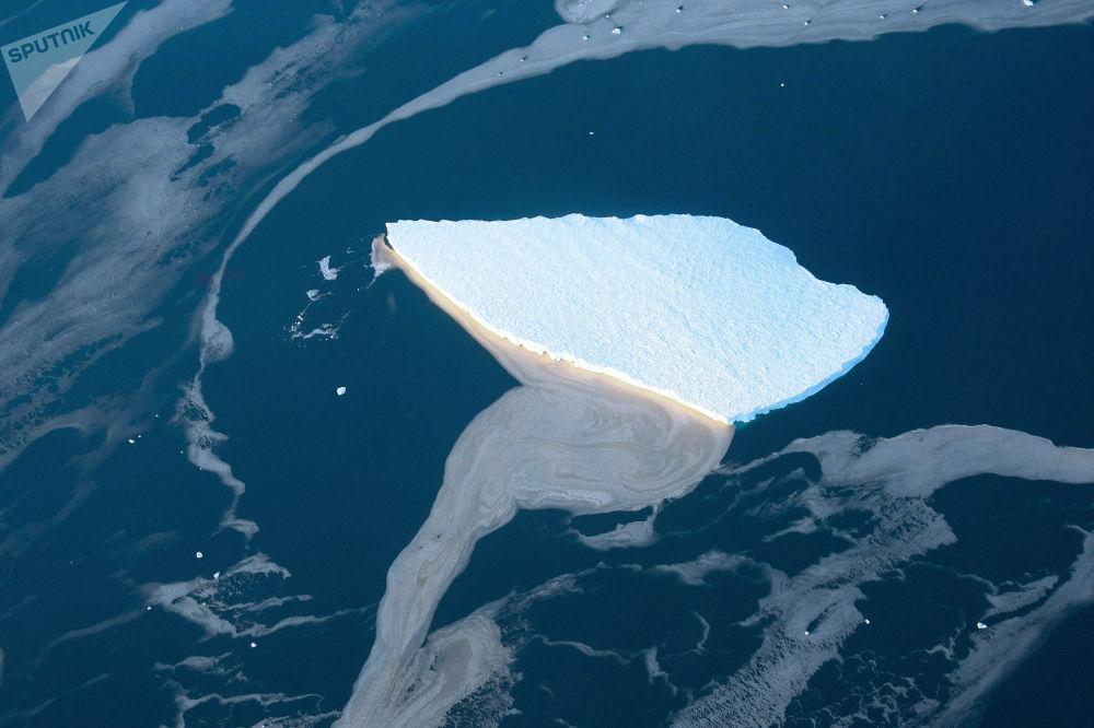 Góra lodowa na Morzu Lazarev u wybrzeży Antarktydy