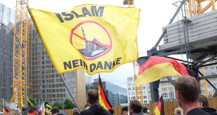 Uczestnicy protestu przeciwko proimigracyjnej polityce kanclerz Niemiec Angeli Merkel w Berlinie