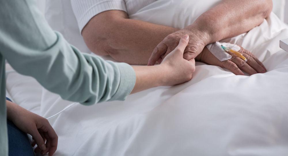 Kobieta chora na raka w obecności bliskiej osoby